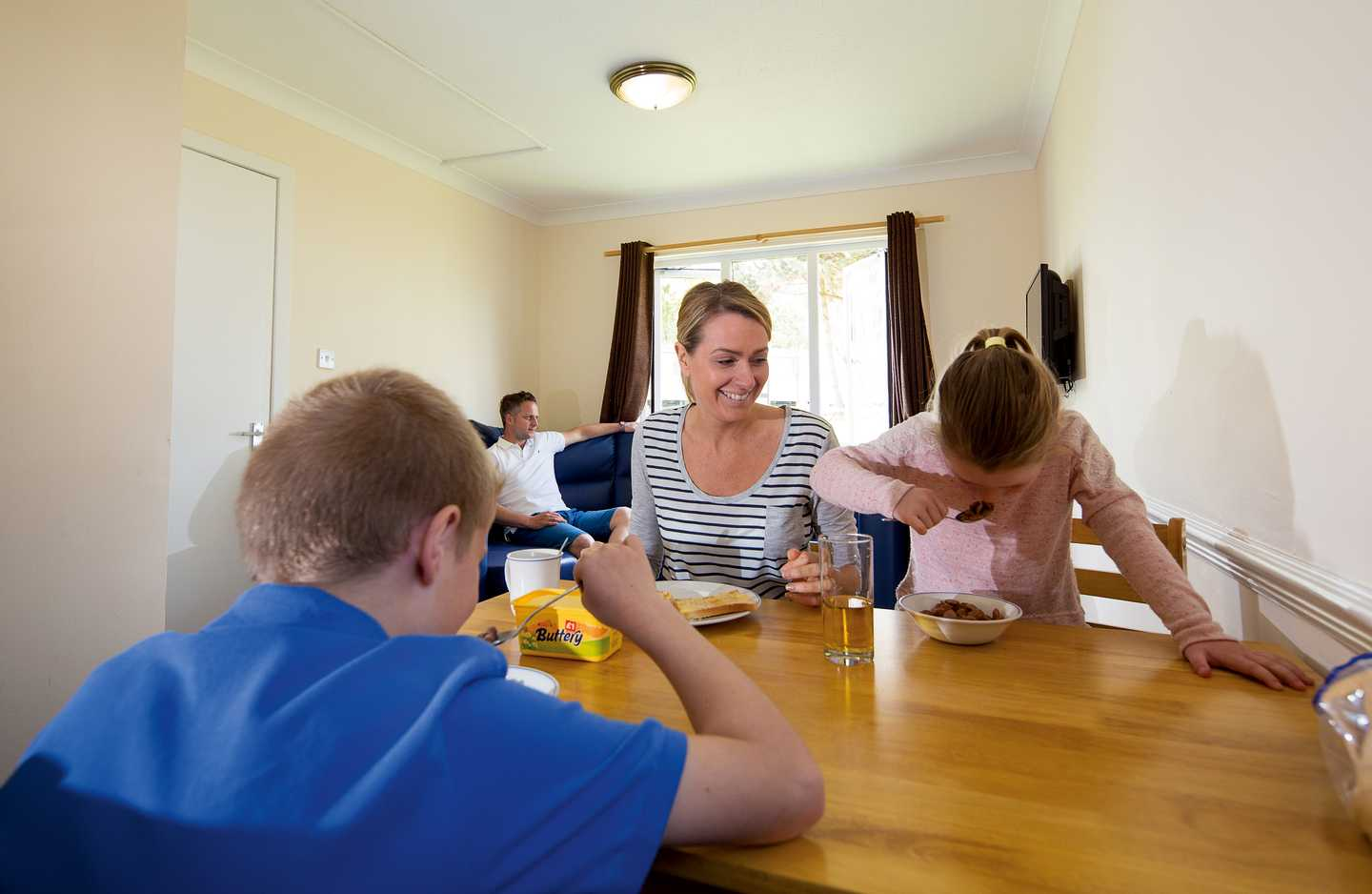 A family eating breakfast at the table in a Comfort apartment